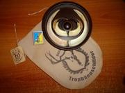 Охотничий трофей - клыки кабана секача на медальоне.